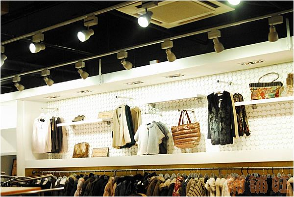女装店面装修效果图中让我们看到了不论是哪种风格,哪种样