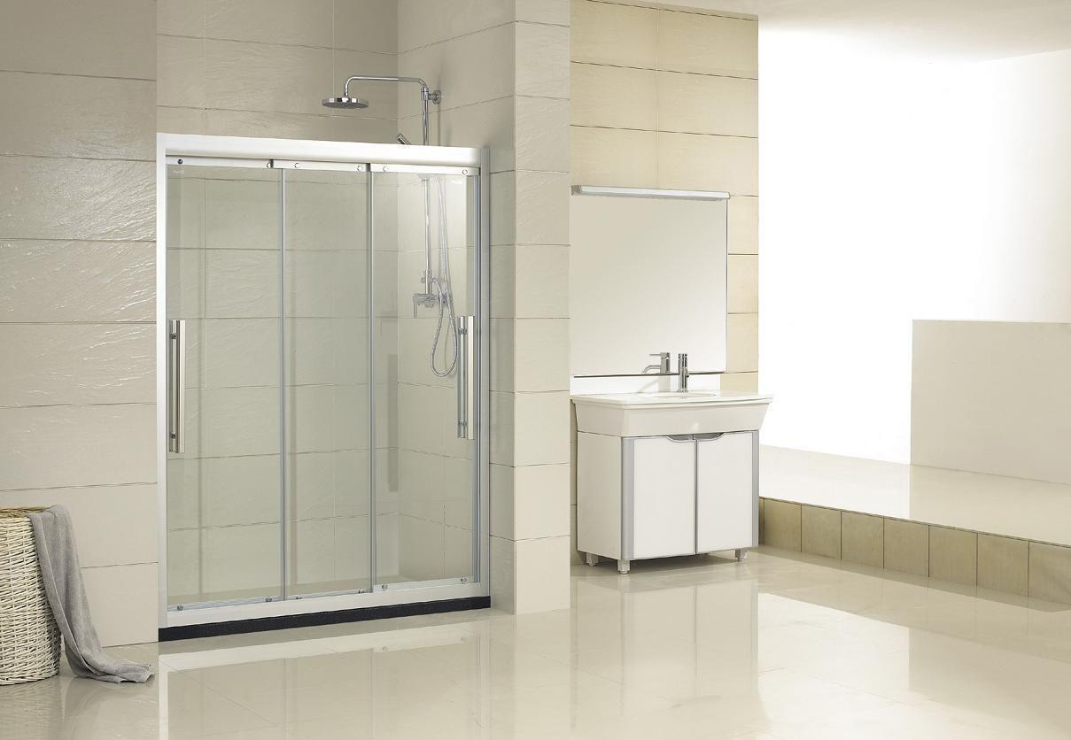 淋浴房宽度的要求是基于保证使用身体可以自由转动,不会总撞到玻璃.一般淋浴房尺寸以90cm*90cm.如果你的家人身体比较胖或高大,建议可以做100cm*100cm的;如果卫浴间空间有限,做成85cm*85cm的也行,但最好不要小于80cm.