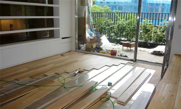 3.龙骨铺设法:木龙骨应使用针叶材(如:落叶松、红白松等)或次品地板料。即先将龙骨固定在地面上,然后将地板固定在龙骨上。   4.地板铺设法:即将毛地板直接固定在地面上,然后将要铺设的木地板固定在毛地板上。这种方法一般适用在地面预留的高度不足,不能采用打龙骨或龙骨加毛地板铺设法,而又不愿采用直接粘接法,悬浮铺设法。