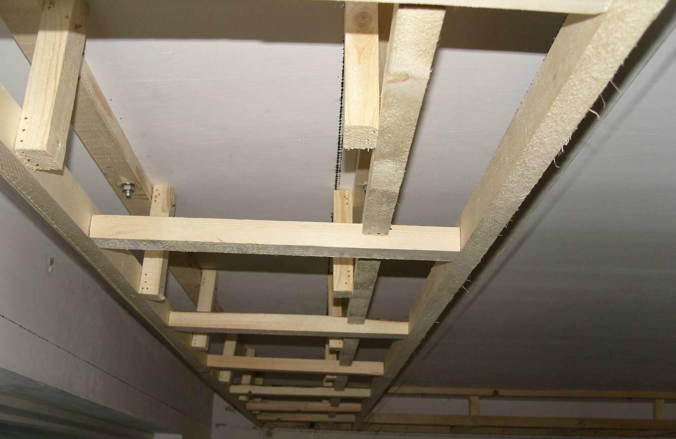施工流程一:放线 确定标高线,以地坪基准线为起点,根据设计要求在柱面上量出吊顶的高度,并在该点画出标商线。 施工流程二:木龙骨安装 木龙骨在吊装前,先要在地面上进行安装,其具体做法是:在龙骨上开槽,将槽与槽之间进行咬口拼装,槽内涂胶并用钉子固定。 施工流程三:安装吊点 安装吊点、吊筋吊点常用膨胀螺栓、预埋件等,吊筋可用钢筋、角钢或方木,吊点与吊筋之间可采用焊接、绑扎、钩挂、螺栓或螺钉等方式连接。