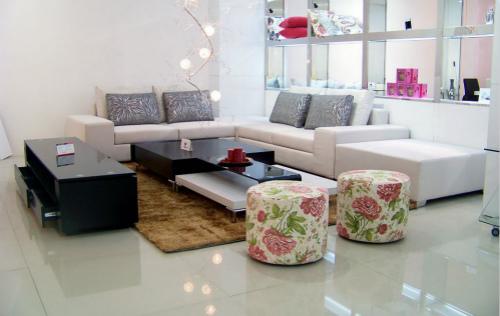 在客厅沙发颜色时,我们要注意什么?