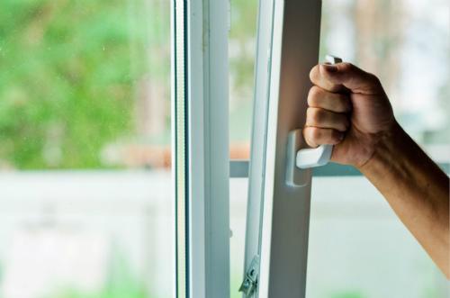 如何清理玻璃窗上的脏污呢?