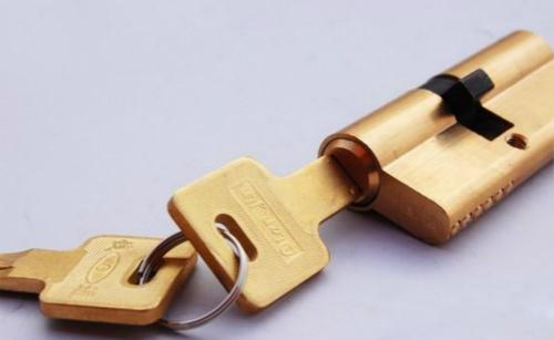 更换防盗门锁芯的步骤是什么?