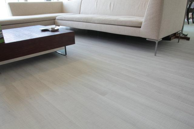 在实木地板中,一种叫做枫木地板,它常作为饰面应用在地板和家具中。接下来让我们一起看看枫木地板的优缺点到底有哪些?