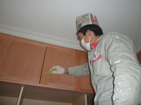 裝修流程 施工階段 油漆 > 正文       家具上漆要仔細觀察側面,底面