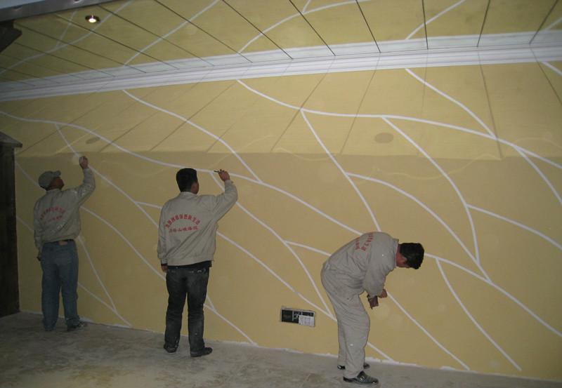 泥瓦工师傅在涂刷硅藻泥墙面