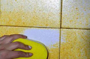 用酸性清洁剂来处理瓷砖油污